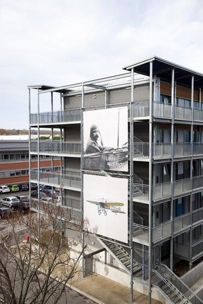 Toiles sur la façade de l'ENAC